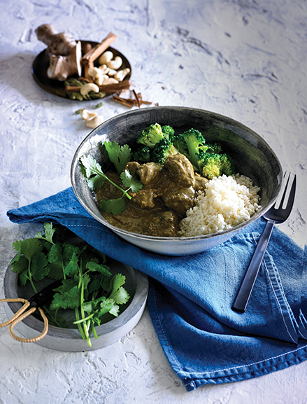 Slowly braised lamb pieces cooked in a ginger, garlic, ground cashew & coconut sauce, infused with Indian aromatic spices of cardamom, coriander seeds & cumin, served with cauliflower rice & steamed broccoli.